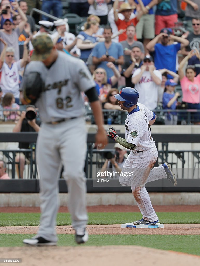 <a gi-track='captionPersonalityLinkClicked' href=/galleries/search?phrase=Neil+Walker+-+Jogador+de+basebol&family=editorial&specificpeople=7841262 ng-click='$event.stopPropagation()'>Neil Walker</a> #20 of the New York Mets rounds the bases after hitting a home run against Jose Quintana #62 of the Chicago White Sox in the seventh inning during their game at Citi Field on May 30, 2016 in New York City.
