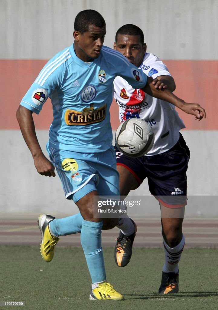 Nelinho Quina (L) of Sporting Cristal fights for the ball with Giancarlo Carmona (R) of Jose Galvez during a match between Jose Galvez and Sporting Cristal as part of The Torneo Descentralizado 2013 at the Estadio Manuel Rivera Sanchez on August 18, 2013 in Chimbote, Peru.