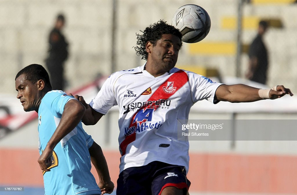 Nelinho Quina (L) of Sporting Cristal fights for the ball with Marco Ruiz (R) of Jose Galvez during a match between Jose Galvez and Sporting Cristal as part of The Torneo Descentralizado 2013 at the Estadio Manuel Rivera Sanchez on August 18, 2013 in Chimbote, Peru.
