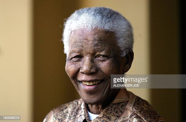 Nelson Mandela gives 14 June 2005 in Johannesburg a press conference voicing his support for President Thabo Mbeki after he fired his...