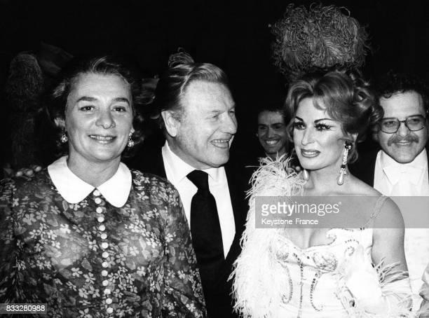 Nelson Rockefeller accompagné de son épouse et de l'actrice Tamara Lund lors d'une soirée au théatre Gärtnerplatz à Munich Allemagne circa 1970
