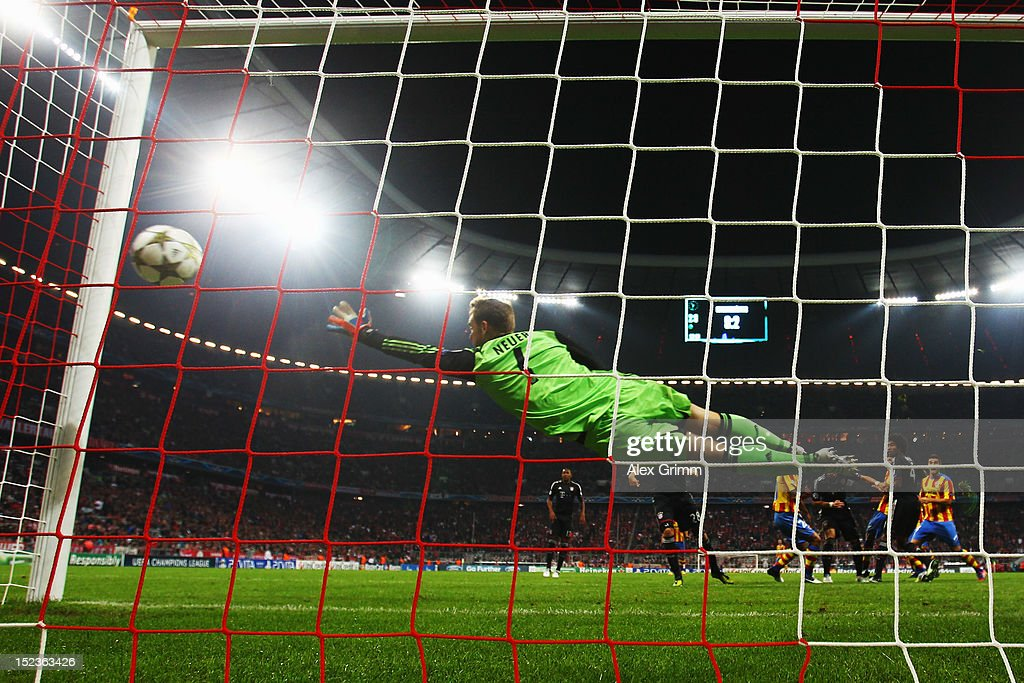 Nelson Valdez of Valencia scores his team's first goal against goalkeeper <a gi-track='captionPersonalityLinkClicked' href=/galleries/search?phrase=Manuel+Neuer&family=editorial&specificpeople=764621 ng-click='$event.stopPropagation()'>Manuel Neuer</a> of Muenchen during the UEFA Champions League group F match between FC Bayern Muenchen and Valencia CF at Allianz Arena on September 19, 2012 in Munich, Germany.