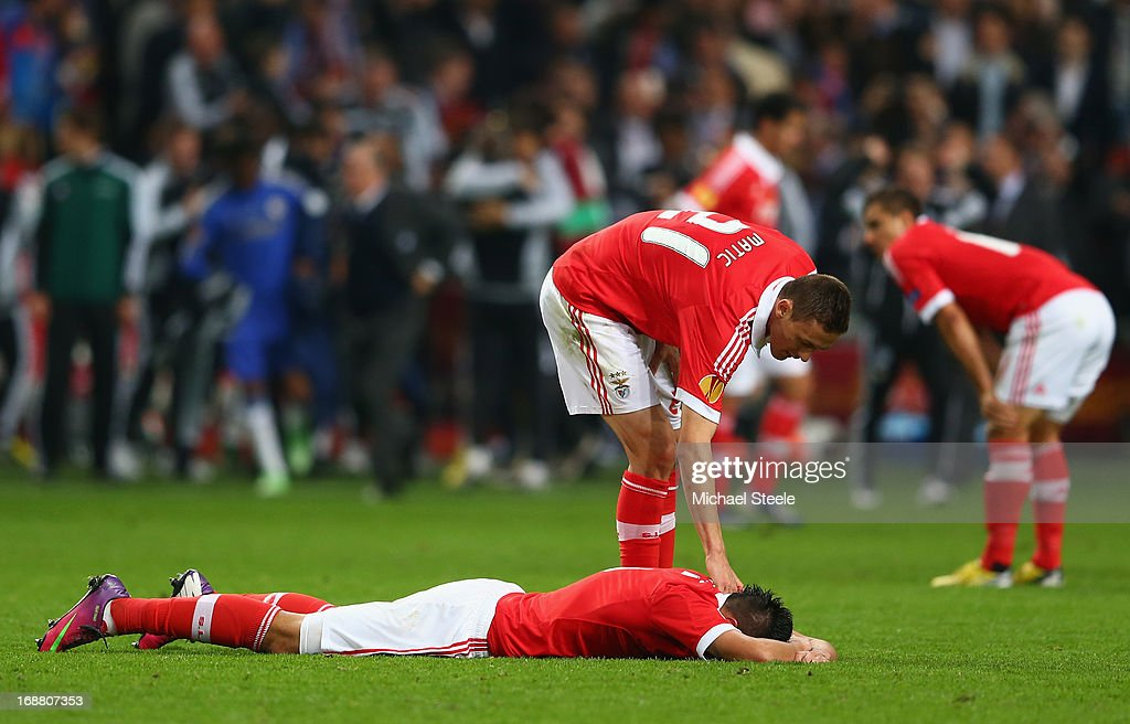Nemanja Matic of Benfica consoles a dejected <a gi-track='captionPersonalityLinkClicked' href=/galleries/search?phrase=Oscar+Cardozo&family=editorial&specificpeople=2080093 ng-click='$event.stopPropagation()'>Oscar Cardozo</a> of Benfica after defeat in the UEFA Europa League Final between SL Benfica and Chelsea FC at Amsterdam Arena on May 15, 2013 in Amsterdam, Netherlands.