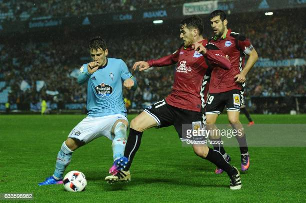 Nemanja Radoja of Celta de Vigo competes for the ball with Ibai Gomez of Alaves during the Copa del Rey semifinal first leg match between Real Club...