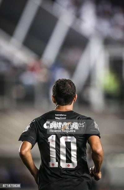 Nene of Vasco in action during the match between Santos and Vasco da Gama as a part of Campeonato Brasileiro 2017 at Vila Belmiro Stadium on November...