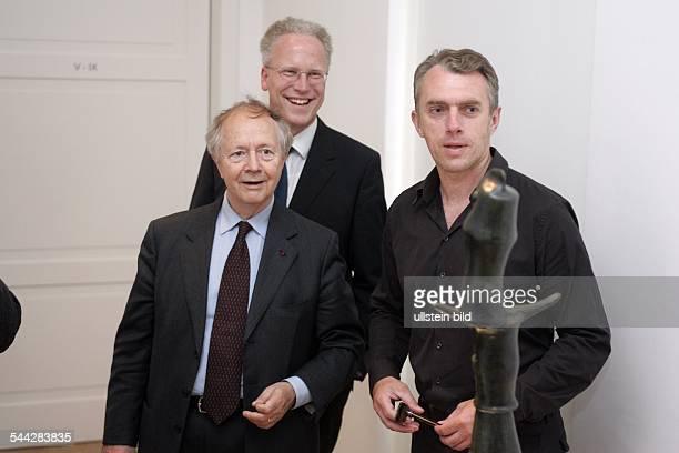 im Bruehler MaxErnstMuseum neben dem Stiftungsdirektor Werner Spies und dem Direktor Achim Sommer