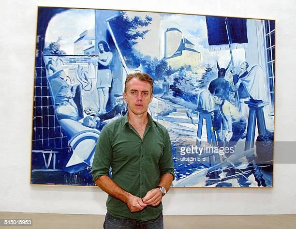 Neo Rauch Maler vor seinem Werk 'Das Blaue' in der Galerie EigenArt in Leipzig Plagwitz