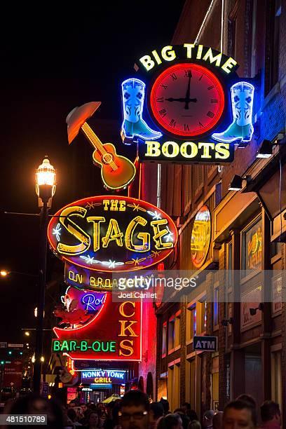 Luzes de néon na Broadway em noite de Nashville, Tennessee
