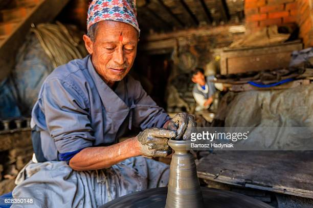 Le népalais potter travaille sur la poterie square à Bhaktapour