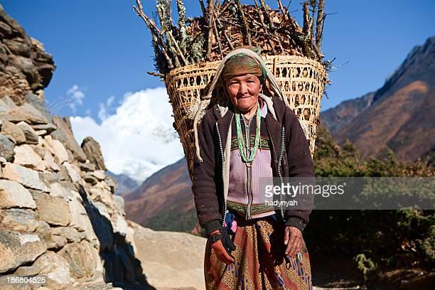 Nepali Frau tragen Korb mit brushwood