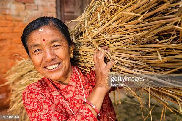 Le népalais femme porter le riz paille en Bhaktapour, Népal
