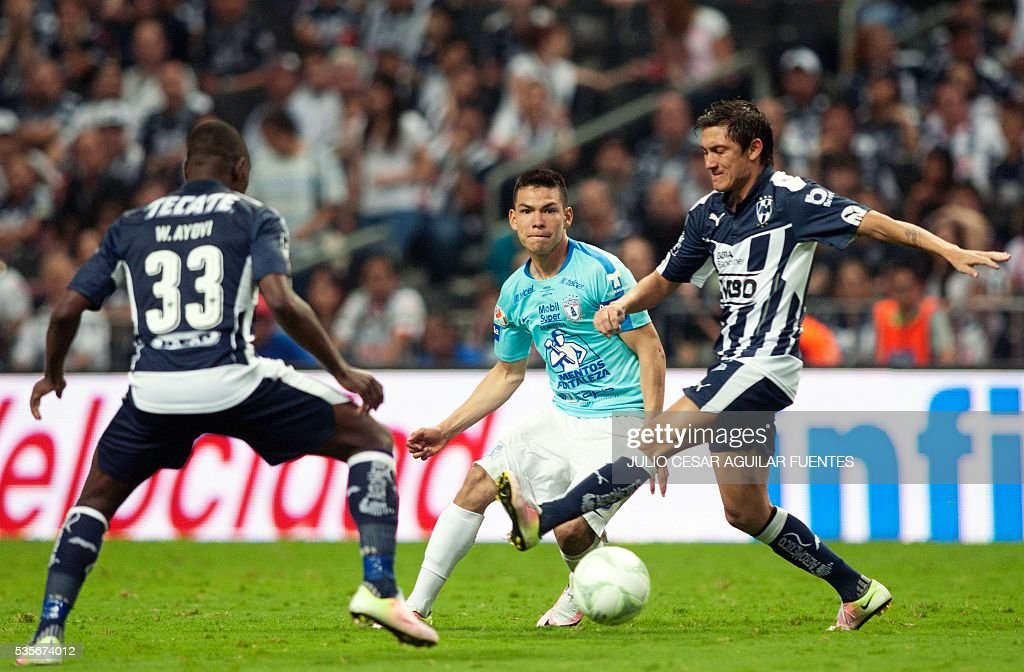 Neri Cardizo (R) and Walter Ayovi (L) of Monterrey vie for the ball with Hirving Lozano (C) of Pachuca during their Mexican Clausura 2016 tournament final football match in Monterrey, Mexico on May, 29, 2016. / AFP / Julio Cesar Aguilar Fuentes