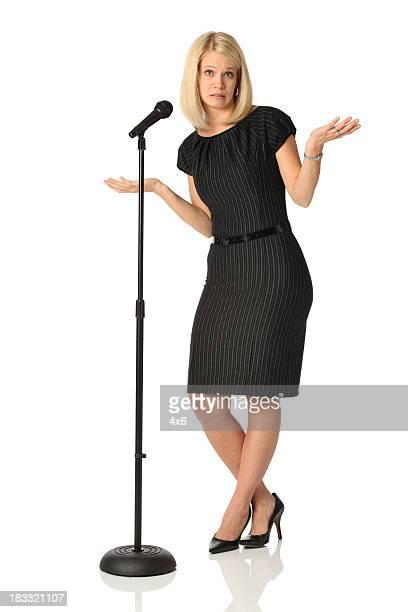 Aufgeregt Geschäftsfrau mit Mikrofon