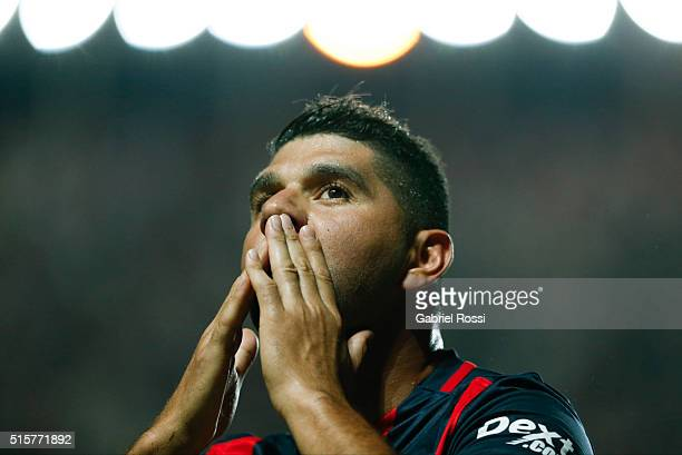 Nestor Ortigoza of San Lorenzo celebrates after scoring the opening goal during a match between San Lorenzo and Gremio as part of Group 6 of Copa...