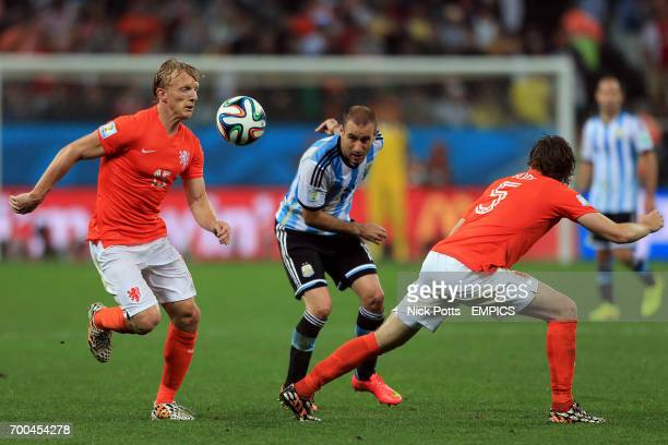 Netherlands' Dirk Kuyt battles for the ball with Argentina's Rodrigo Palacio