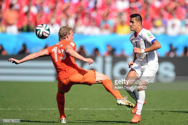 Netherlands' Dirk Kuyt battles for the ball with Chile's Alexis Sanchez
