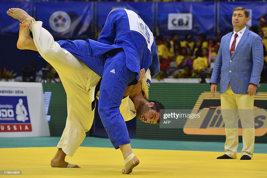 Netherlands' Henk Grol (front) and Azerbaijan's Elkhan Mammadov compete in the Men's -100kg category final, during the IJF World Judo Championship, in Rio de Janeiro, Brazil, on August 31, 2013. AFP PHOTO / YASUYOSHI CHIBA