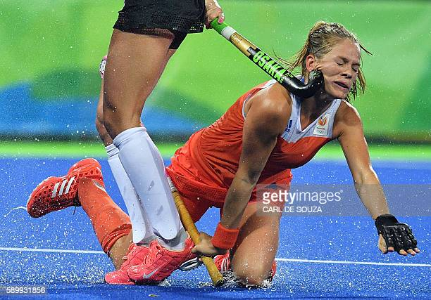 TOPSHOT Netherlands' Kitty van Male is hit on the face by Argentina's Agustina Habif during the women's quarterfinal field hockey Netherland vs...