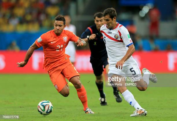 Netherland's Memphis Depay and Costa Rica's Celso Borges battle for the ball