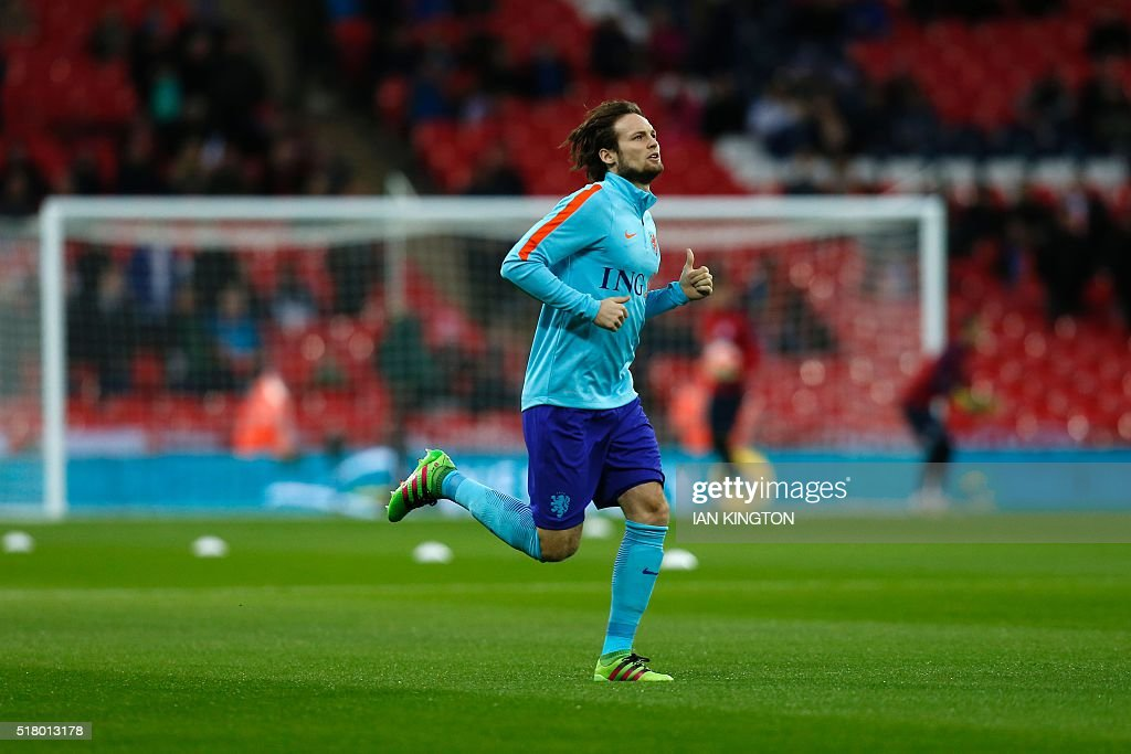 Netherlands midfielder Daley Blind warms up for the international friendly football match between England and Netherlands at Wembley Stadium in London on March 29, 2016. / AFP / Ian Kington / NOT
