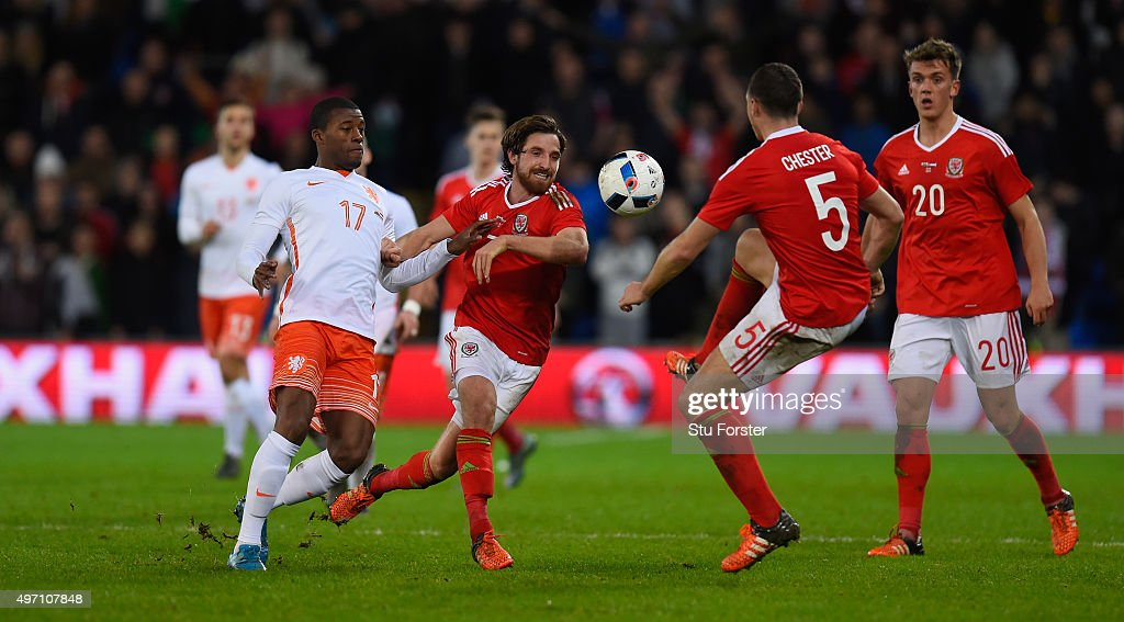 Netherlands player <a gi-track='captionPersonalityLinkClicked' href=/galleries/search?phrase=Georginio+Wijnaldum&family=editorial&specificpeople=2146603 ng-click='$event.stopPropagation()'>Georginio Wijnaldum</a> (l) challenges <a gi-track='captionPersonalityLinkClicked' href=/galleries/search?phrase=Joe+Allen+-+Calciatore+gallese&family=editorial&specificpeople=9629091 ng-click='$event.stopPropagation()'>Joe Allen</a> of Wales during the friendly International match between Wales and Netherlands at Cardiff City Stadium on November 13, 2015 in Cardiff, Wales.