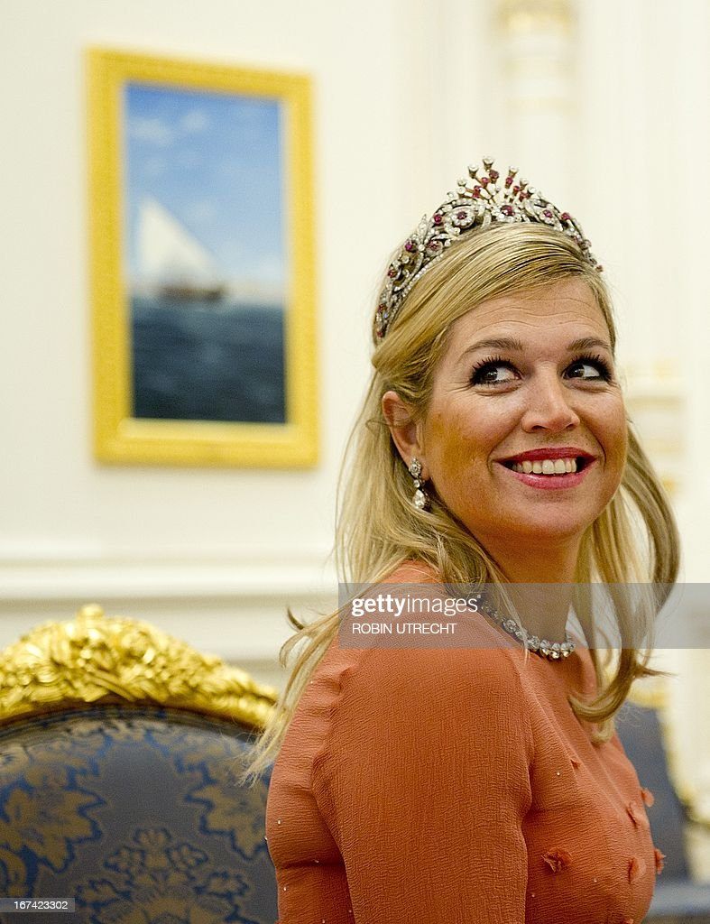 Netherland's Princess Maxima gets a present from Sultan Qaboos of Oman during a state banquet in the Al Alam Palace in Muscat, on January 10, 2012. The Dutch Royals are on a three-day state visit to Oman. AFP PHOTO / ANP ROYAL IMAGES / ROBIN UTRECHT netherlands out - belgium out