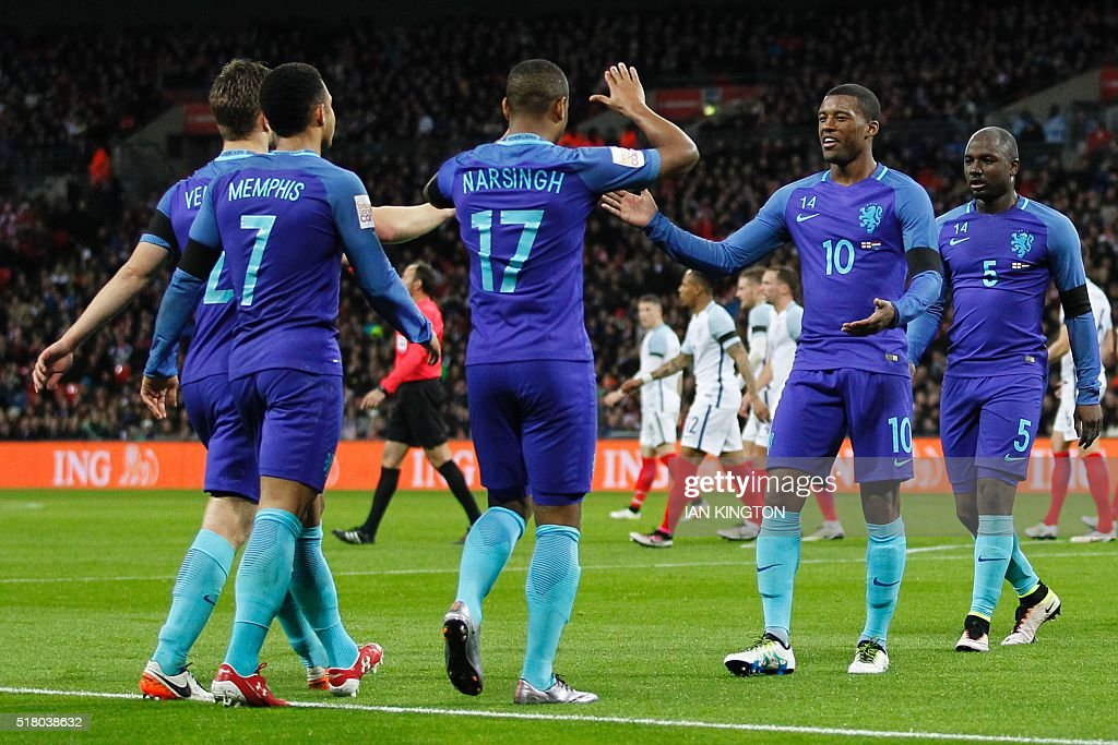 Netherlands' striker Luciano Narsingh (C) celebrates scoring their second goal during the international friendly football match between England and Netherlands at Wembley Stadium in London on March 29, 2016. / AFP / Ian Kington / NOT