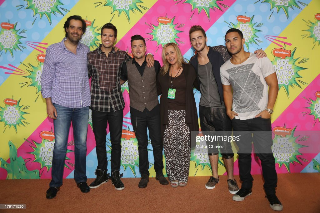MTV Networks Latin America vice president and general director, Eduardo Lebrija, singers James Maslow, Logan Henderson, guest, Kendall Schmidt and Carlos Roberto Pena Jr. of Big Time Rush arrive at Kids Choice Awards Mexico 2013 at Pepsi Center WTC on August 31, 2013 in Mexico City, Mexico.