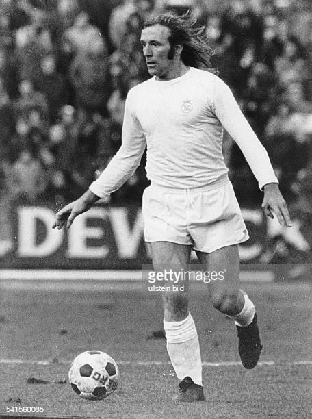 Netzer Guenter * Fussballer Unternehmer Sportkommentator D in Aktion mit Ball 1975