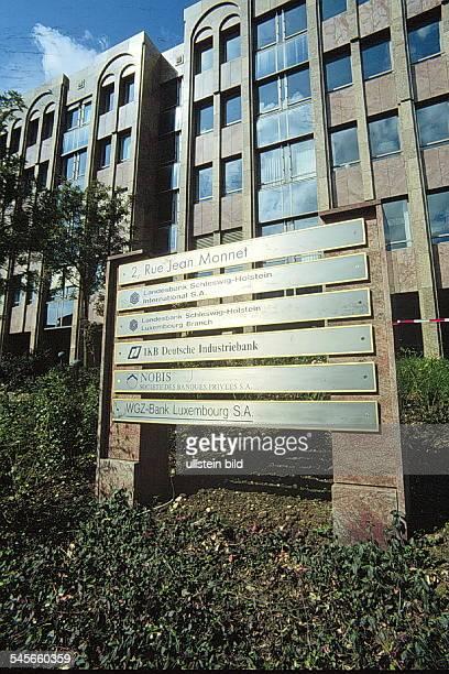 Neubau im neuen Bankenviertel inLuxemburg davor ein Hinweisschild auf dieNiederlassungen deutscher BankenWGZBank Nobisbank...