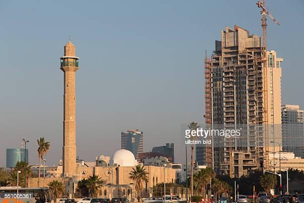 Neue Wolkenkratzer wachsen neben der alten Moschee zwischen Tel Aviv und Jaffa in den Himmel
