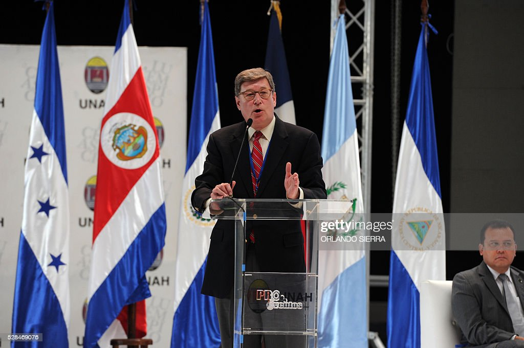 Neurologist John England, professor at the Louisiana State University, delivers a speech during the First Symposium on Dengue, Chikungunya and Zika, in Tegucigalpa on May 5, 2016. A bacterium known as Wolbachia, which is fairly common in insects, can reduce mosquitoes' ability to spread the Zika virus, researchers in Brazil said on May 4. Similar tests have previously been done using the bacteria to slow the spread of dengue fever and chikungunya. / AFP / ORLANDO