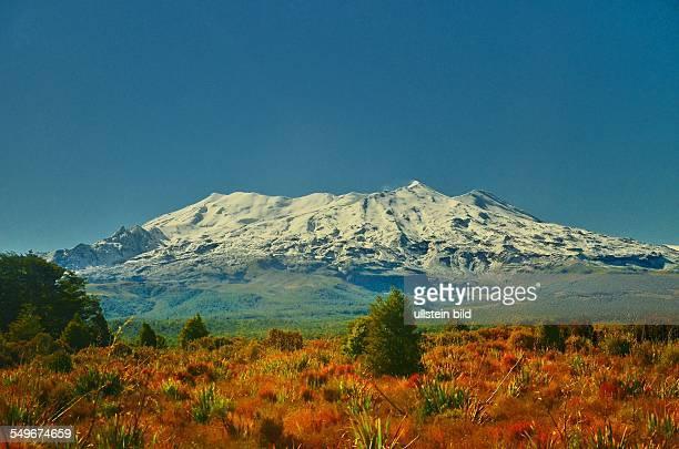Neuseeland schneebedeckter Vulkan im TongariroNationalpark Der Nationalpark mit seinen aktiven Vulkanen ist der vierte Nationalpark der Welt und...