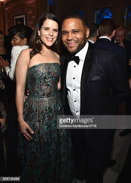 Neve Campbell and Anthony Anderson attend the Bloomberg Vanity Fair cocktail reception following the 2015 WHCA Dinner at the residence of the French...