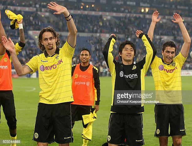 Neven Subotic Shinji Kagawa und Nuri Sahin feiern den 31 Sieg nach dem Bundesligaspiel zwischen FC Schalke 04 und Borussia Dortmund am 19 September...