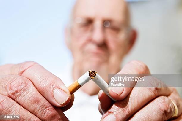 Nunca demasiado tarde para dejar de fumar: Hombre viejo recesos de cigarrillo