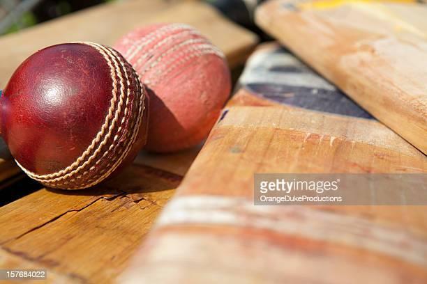 Neuer und alter cricket ball auf dem Bauch liegen bats