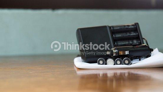 neue batterieladeger t auf wei en blatt einschlie lich kfzadapter und batterie stock foto. Black Bedroom Furniture Sets. Home Design Ideas