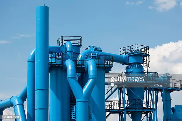 Nuovi impianti industriali con cielo blu