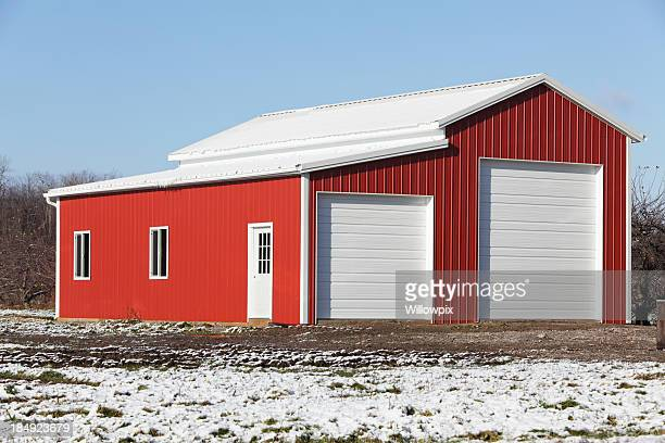新しい鮮やかなレッドの保管ビル