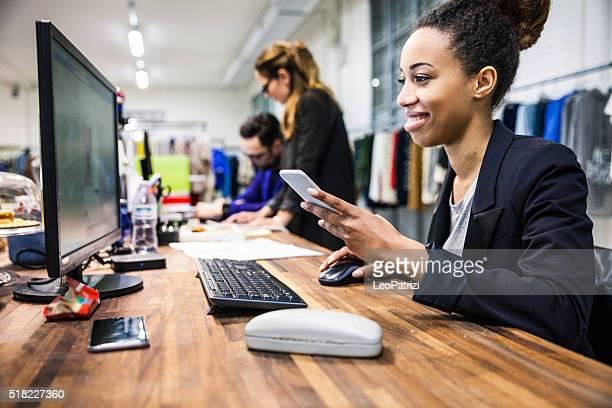 Business-Kleidung store-team bei der Arbeit im Büro