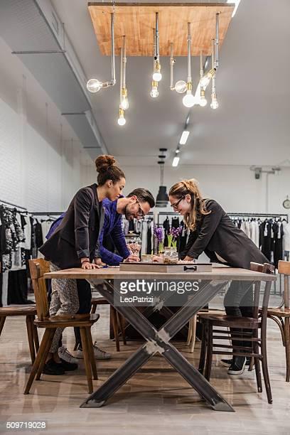 Neue Business-Kleidung store-team bei der Arbeit auf Neu!