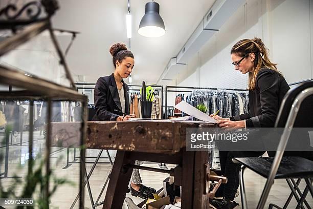 Neue Business-Kleidung Speichern, Frauen am Arbeitsplatz bei Verträgen