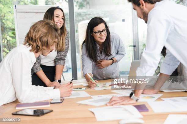Neue Business-Meeting mit jungen Erwachsenen Geschäftsleute