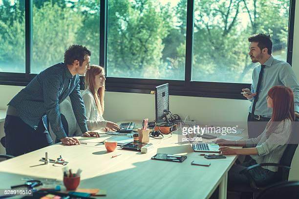 New business team lavora in ufficio avvio