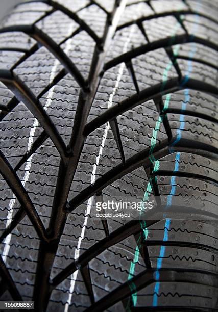 Neues Auto Reifen Profil auf weißem Hintergrund