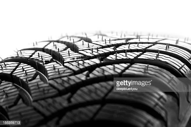 Novo perfil de pneu de carro sobre fundo branco