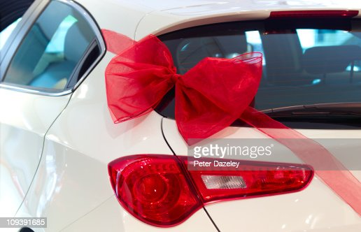 New car with red ribbon and red bow : ストックフォト