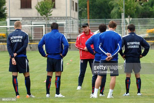 New coach of the Olympique Lyonnais football club Alain Perrin speaks to his players during a training session 04 July 2007 in Tignes AFP PHOTO...