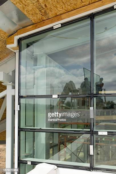 Neue kommerzielle Installation von Fenstern mit Arbeiter sich in Glas
